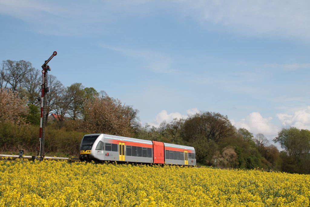Ein GTW der HLB fährt in den Bahnhof Büdingen ein, aufgenommen am 24.04.2016.