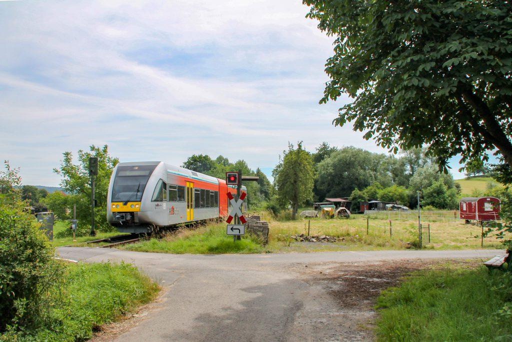 Ein GTW der HLB verlässt Effolderbach auf der Lahn-Kinzig-Bahn, aufgenommen am 10.07.2016.