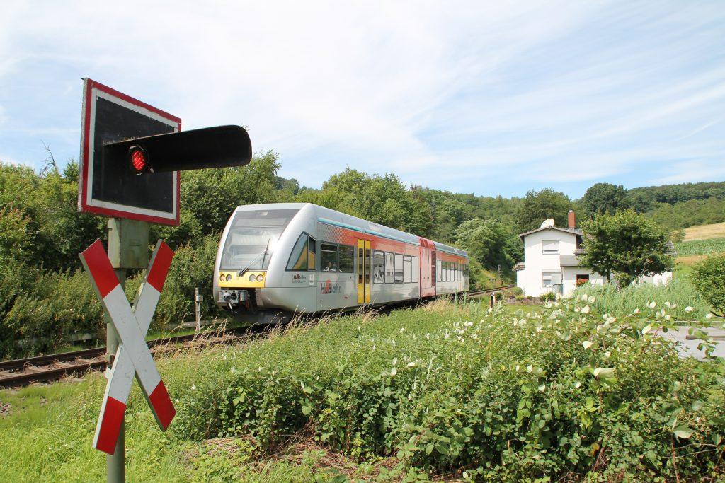 Ein GTW der HLB an einem Bahnwärterhaus bei Effolderbach auf der Lahn-Kinzig-Bahn, aufgenommen am 10.07.2016.