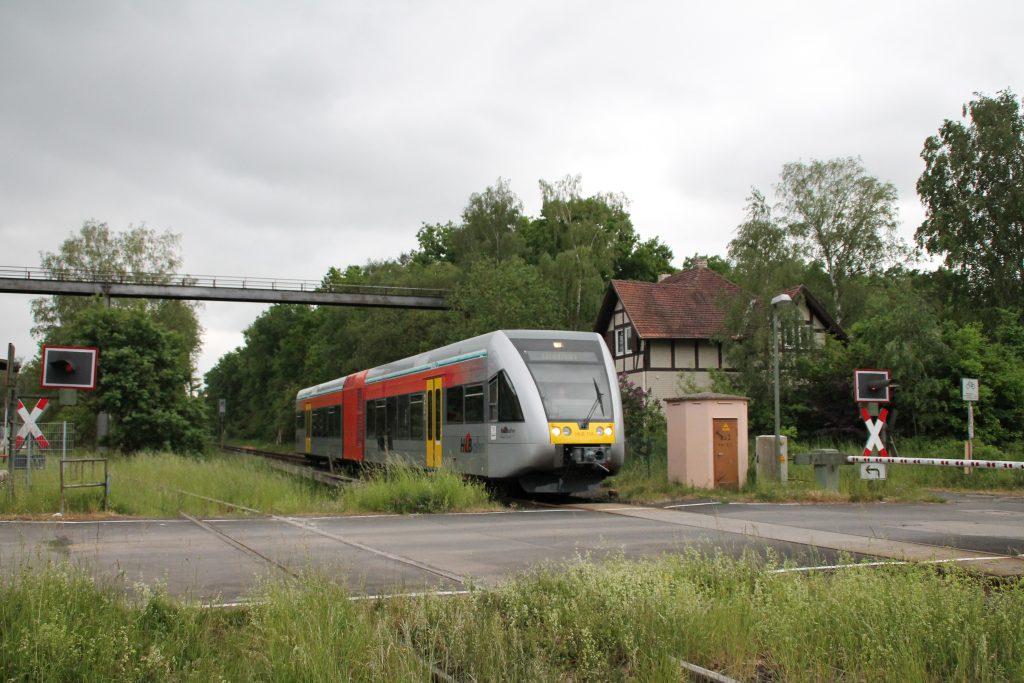 Ein GTW der HLB überquert einen Bahnübergang am Stadtrand von Gießen auf der Lahn-Kinzig-Bahn, aufgenommen am 23.05.2016.