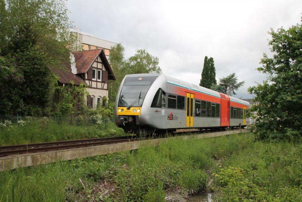 Ein GTW der HLB am Stadtrand von Gießen auf der Lahn-Kinzig-Bahn, aufgenommen am 23.05.2016.