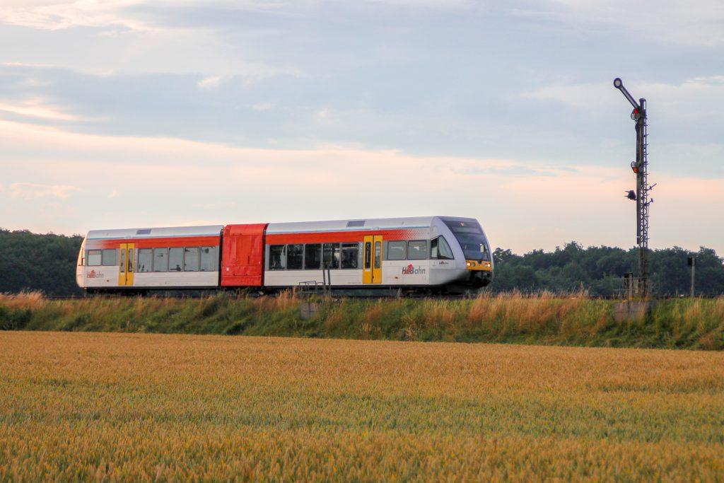 Ein GTW der HLB am Einfahrsignal von Hungen auf der Lahn-Kinzig-Bahn, aufgenommen am 10.07.2016.