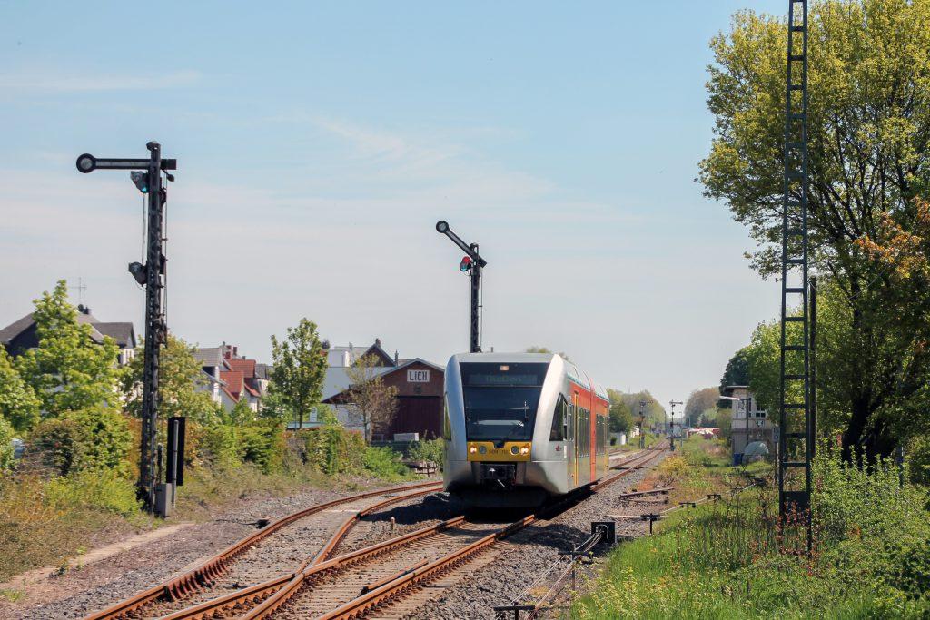 Ein GTW der HLB verlässt den Bahnhof Lich auf den Lahn-Kinzig-Bahn, aufgenommen am 06.05.2016.