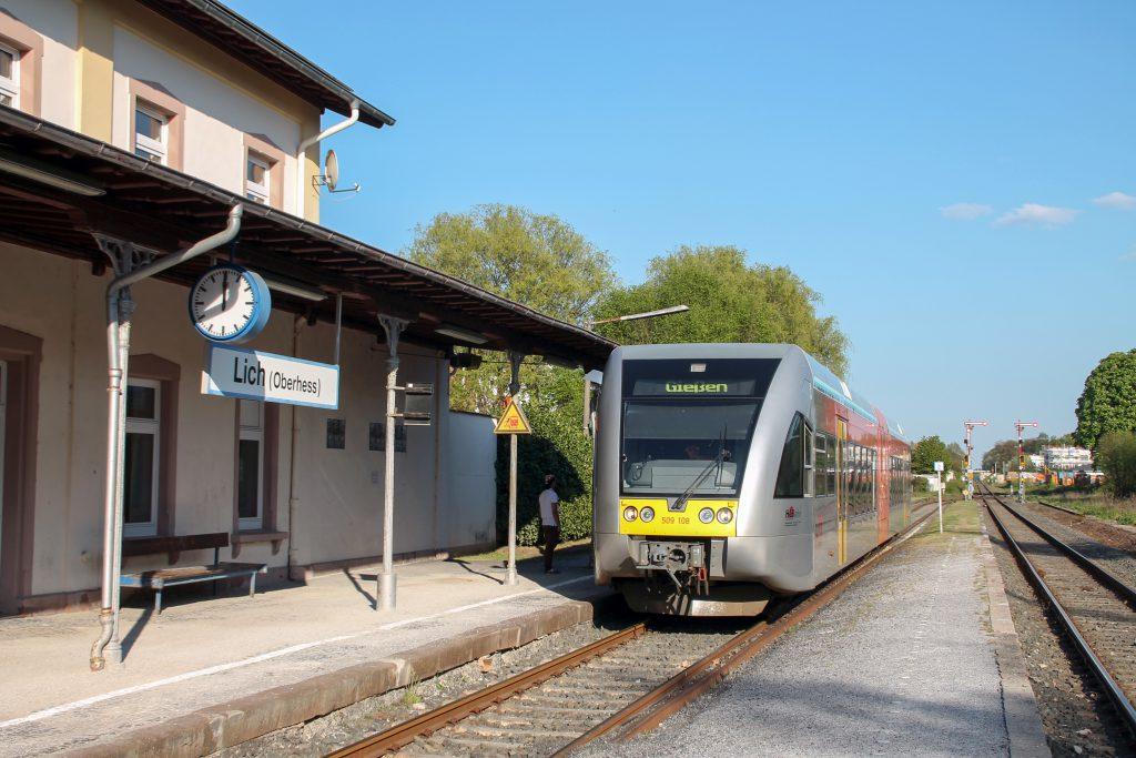 Ein GTW der HLB hält Bahnhof Lich auf den Lahn-Kinzig-Bahn, aufgenommen am 06.05.2016.