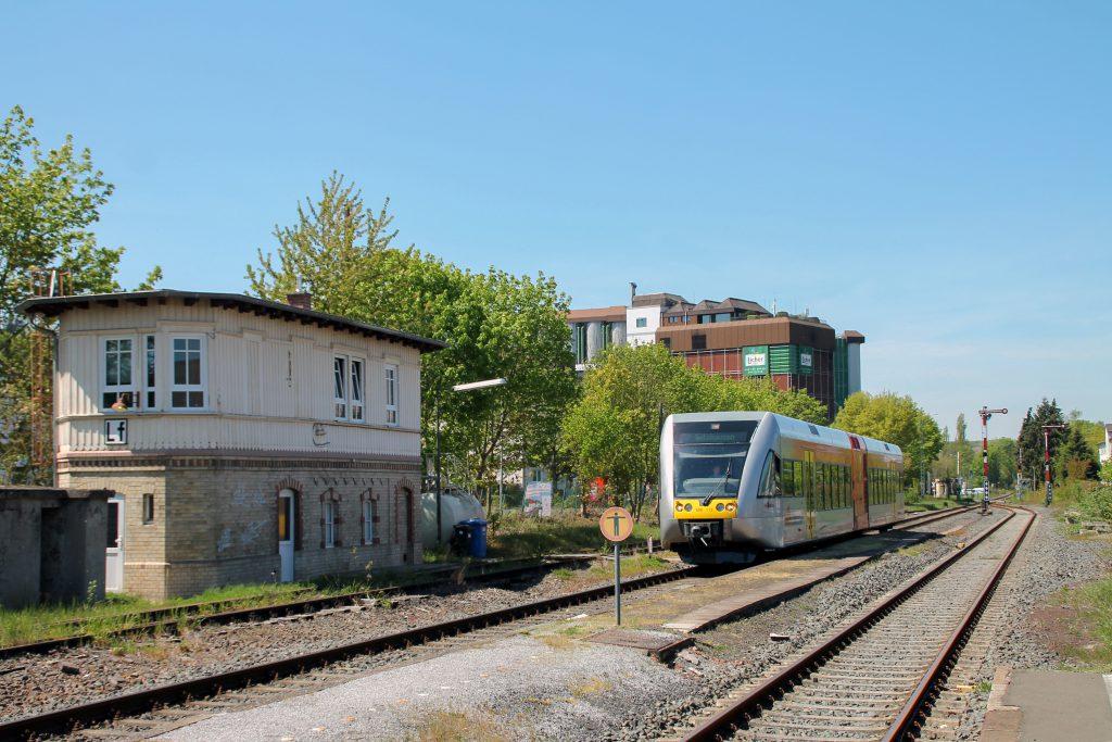 Ein GTW der HLB fährt in den Bahnhof Lich auf den Lahn-Kinzig-Bahn ein, aufgenommen am 06.05.2016.