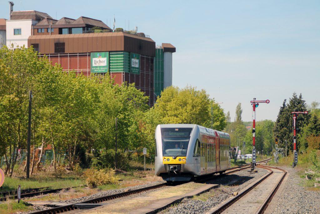Ein GTW der HLB passiert die Brauerei in Lich auf den Lahn-Kinzig-Bahn, aufgenommen am 06.05.2016.