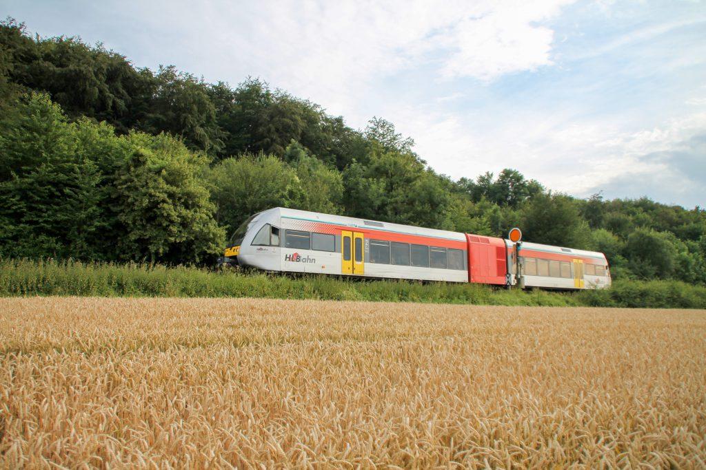 Ein GTW der HLB am Einfahrvorsignal von Glauburg-Stockheim auf der Lahn-Kinzig-Bahn, aufgenommen am 10.07.2016.