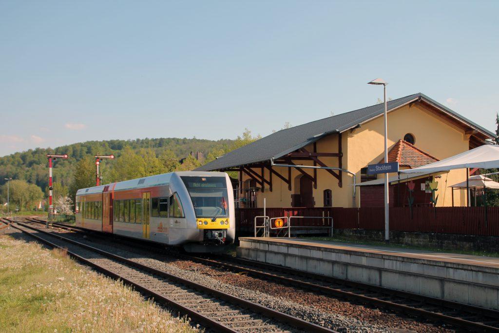 Ein GTW der HLB steht vor dem Güterschuppen im Bahnhof Glauburg-Stockheim auf der Lahn-Kinzig-Bahn, aufgenommen am 06.05.2016.