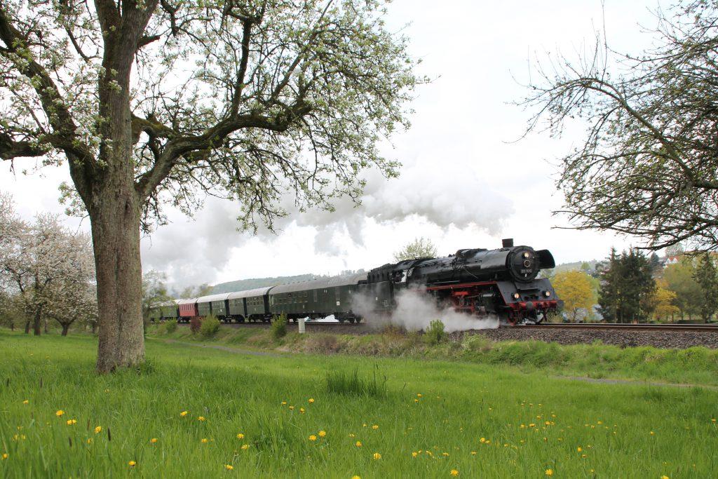 03 1010 verlässt Glauburg-Stockheim über Lahn-Kinzig Bahn, aufgenommen am 24.04.2016.