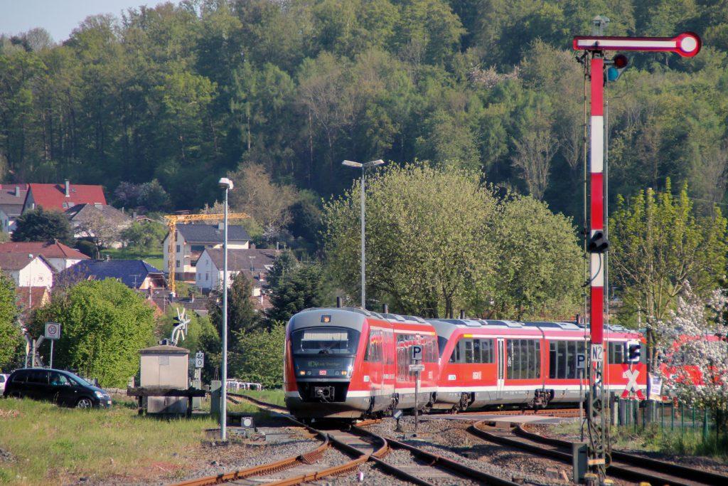 642 064 und zwei weitere Desiros fahren in den Bahnhof Glauburg-Stockheim ein, aufgenommen am 06.05.2016.