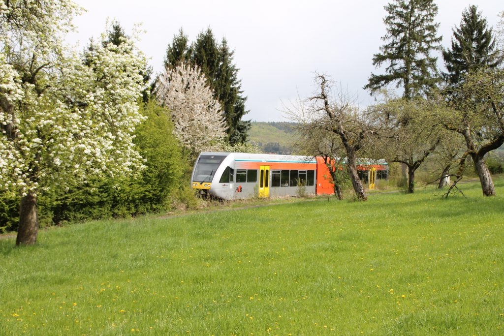 Ein GTW der HLB ist unterwegs auf der Lahn-Kinzig-Bahn, er ist kurz vor Glauburg-Stockheim, aufgenommen am 24.04.2016.