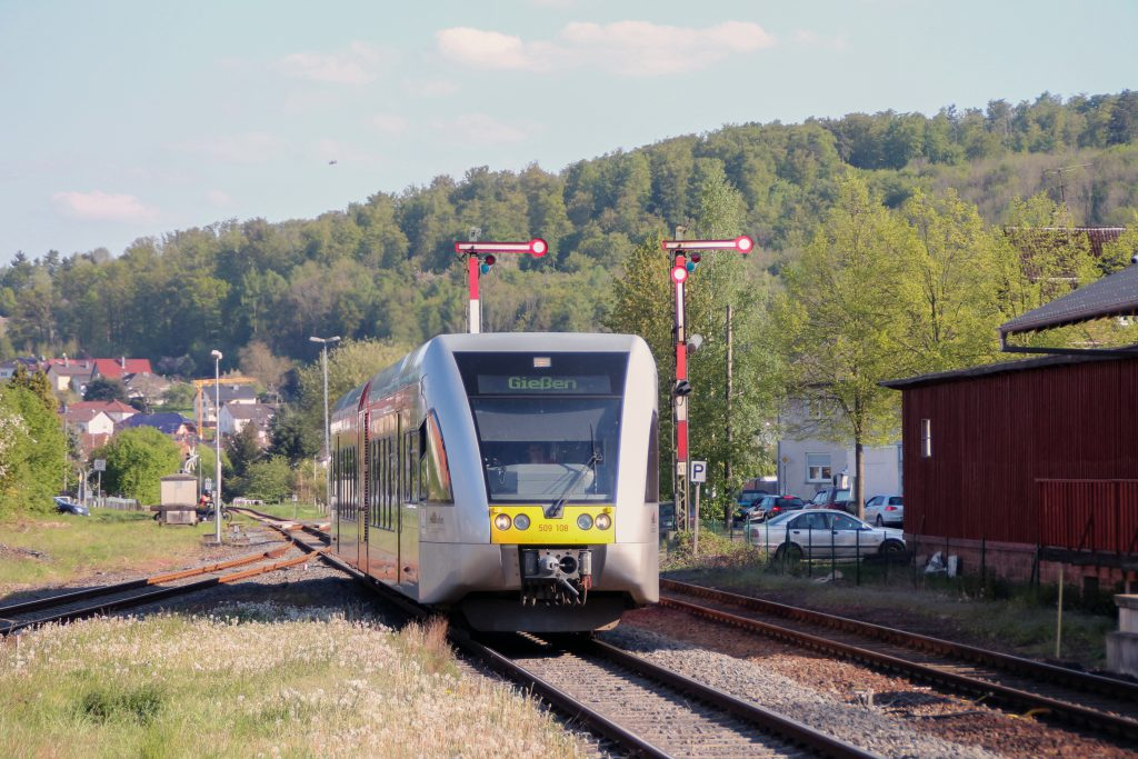 Ein GTW der HLB fährt in den Bahnhof Glauburg-Stockheim auf den Lahn-Kinzig-Bahn ein, aufgenommen am 06.05.2016.