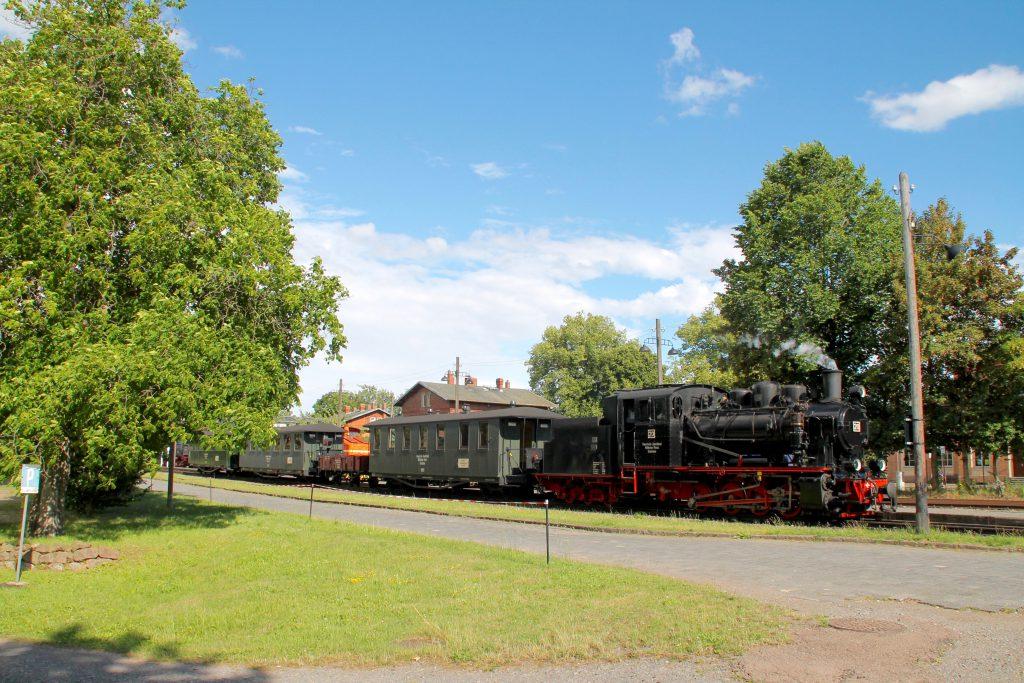 Lok 20 der Mansfelder Bergwerksbahnen hält in Bendorf, aufgenommen am 03.07.2016.