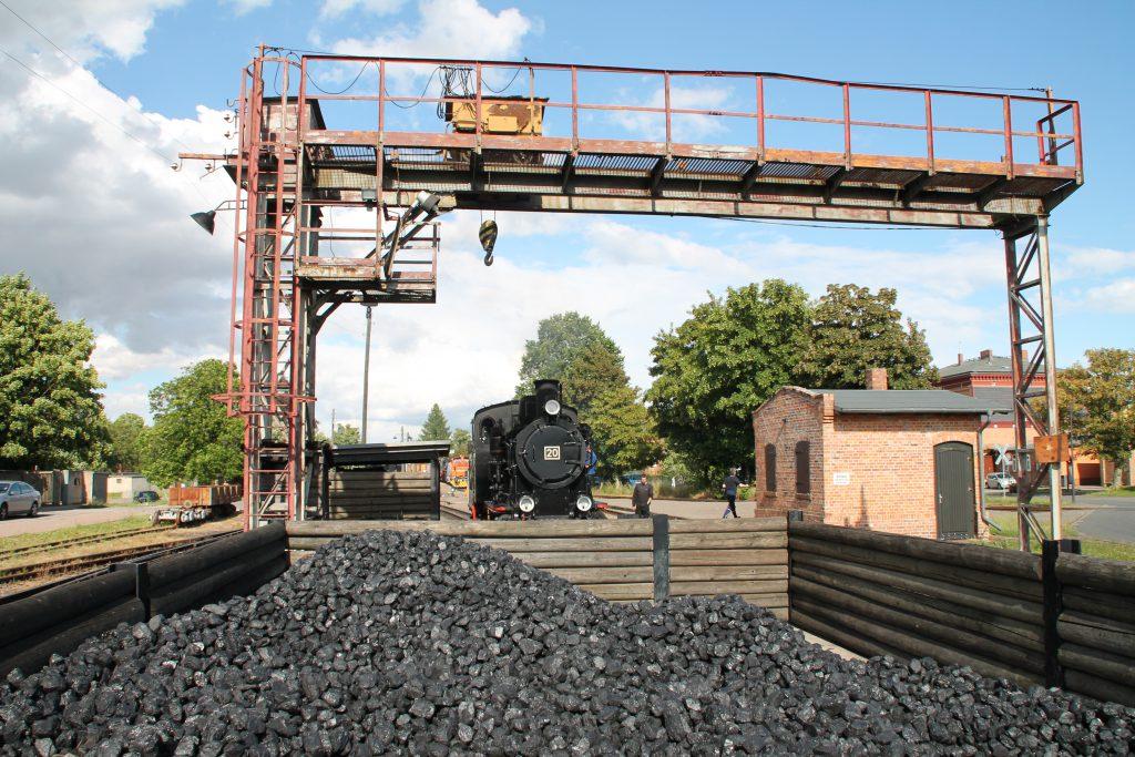 Lok 20 der Mansfelder Bergwerksbahnen wartet in Benndorf auf neue Kohle, aufgenommen am 03.07.2016.
