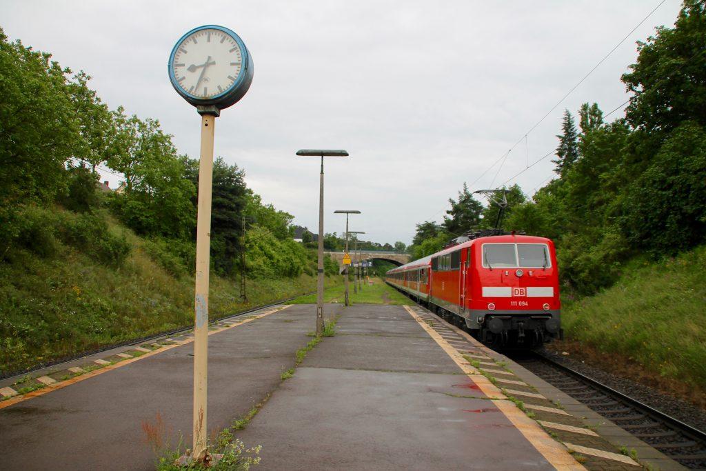 111 094 verlässt Darmstadt-Süd, aufgenommen am 25.06.2016.