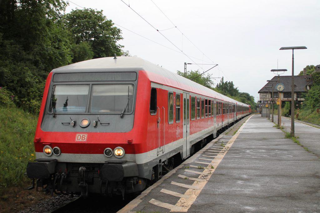 Ein Zug aus n-Wagen hält in Darmstadt-Süd, aufgenommen am 25.06.2016.