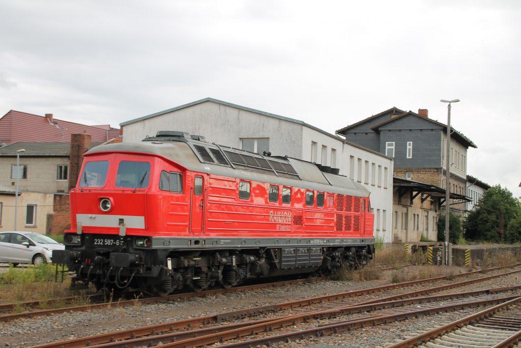 232 587 steht im Bahnhof Nordhausen, aufgenommen am 03.07.2016.