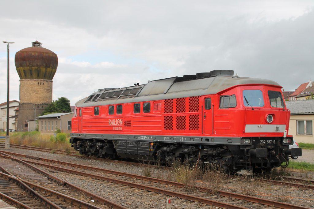 232 587 wartet neben dem Wasserturm in Nordhausen auf einen neuen Einsatz, aufgenommen am 03.07.2016.
