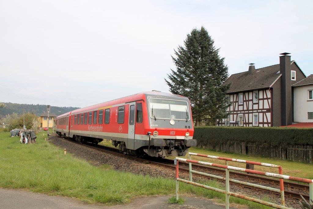 628 419 verlässt den Bahnhof Sarnau über die oberen Lahntalbahn, aufgenommen am 30.04.2016.