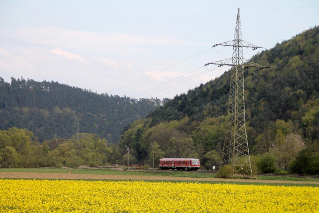 Ein 628 am Einfahrsignal von Sarnau auf der oberen Lahntalbahn, aufgenommen am 30.04.2016.