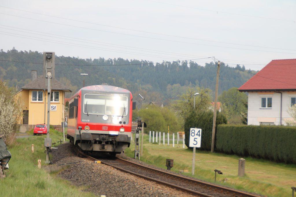 628 419 am Stellwerk in Sarnau auf der oberen Lahntalbahn, aufgenommen am 30.04.2016.