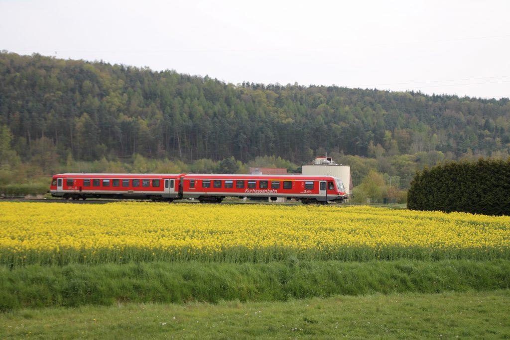 628 419 an einem Rapsfeld bei Sarnau auf der oberen Lahntalbahn, aufgenommen am 30.04.2016.