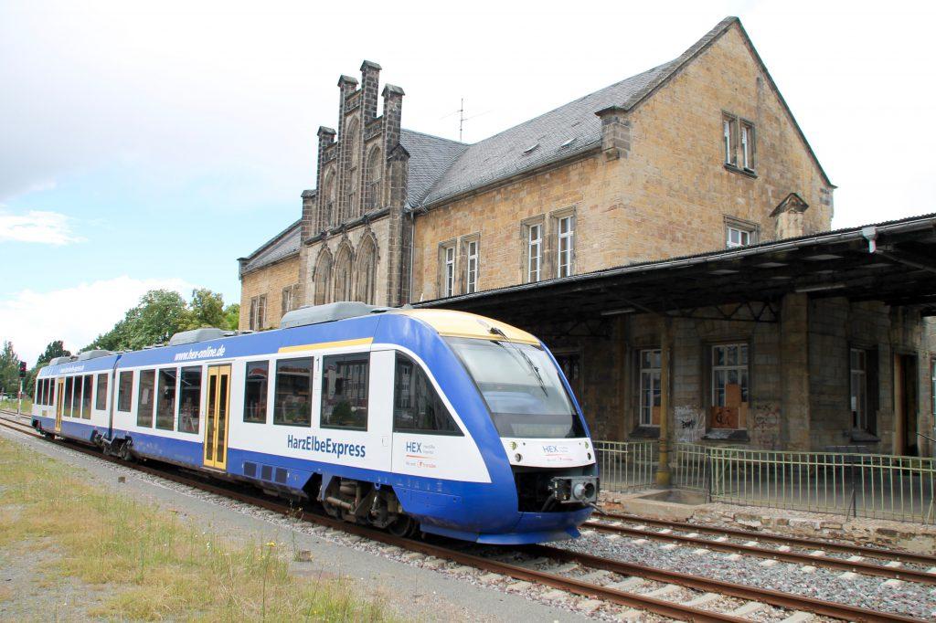 Ein LINT der HEX fährt in den Bahnhof Quedlinburg ein, aufgenommen am 03.07.2016.