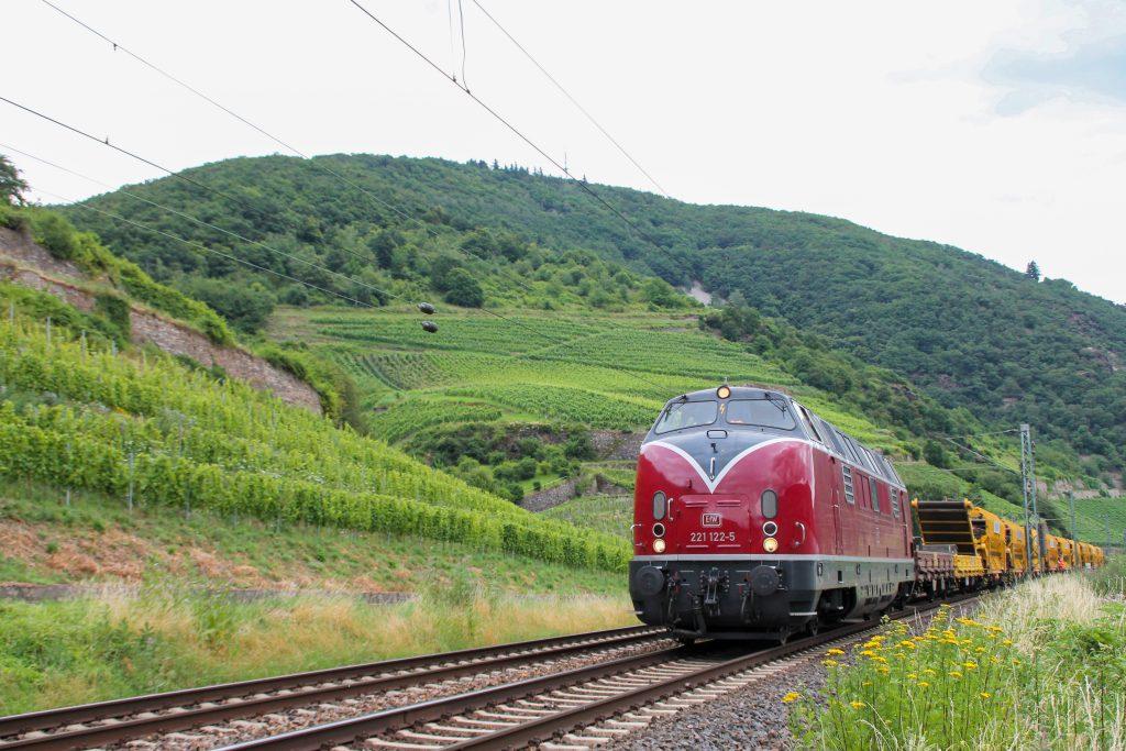221 122 mit einem Bauzug bei Lorchhausen auf der rechten Rheinstrecke, aufgenommen am 17.07.2016.