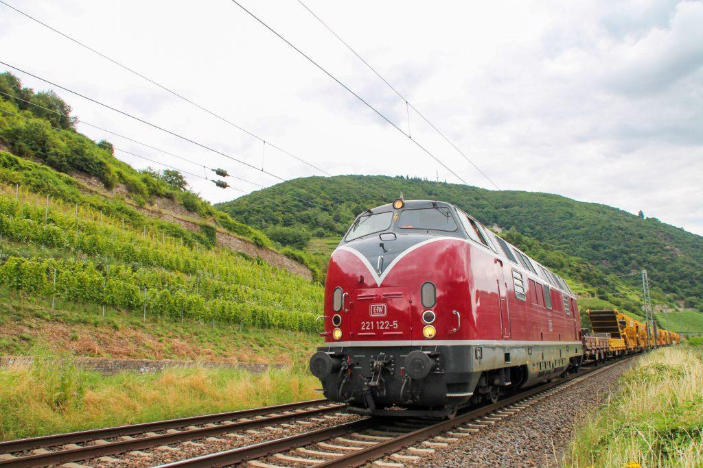 221 122 mit einem Bauzug in den Weinbergen bei Lorchhausen auf der rechten Rheinstrecke, aufgenommen am 17.07.2016.