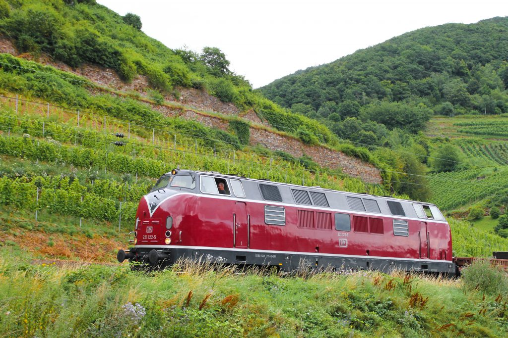 221 122 in den Weinbergen bei Lorchhausen auf der rechten Rheinstrecke, aufgenommen am 17.07.2016.