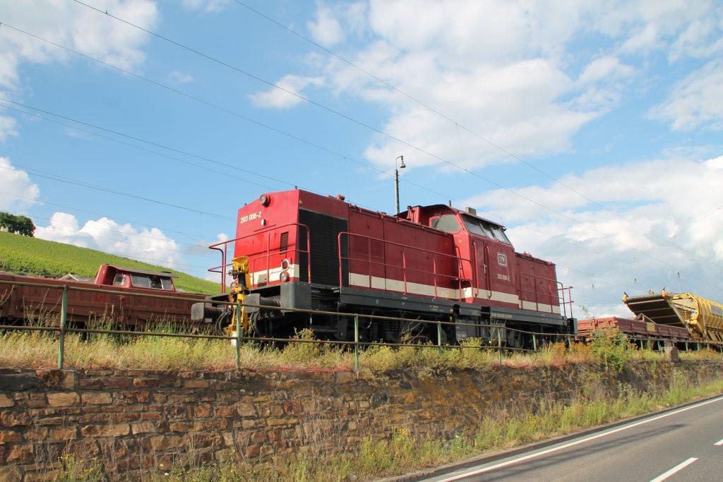 203 006 steht im Bahnhof Rüdesheim auf der rechten Rheinstrecke, aufgenommen am 17.07.2016.