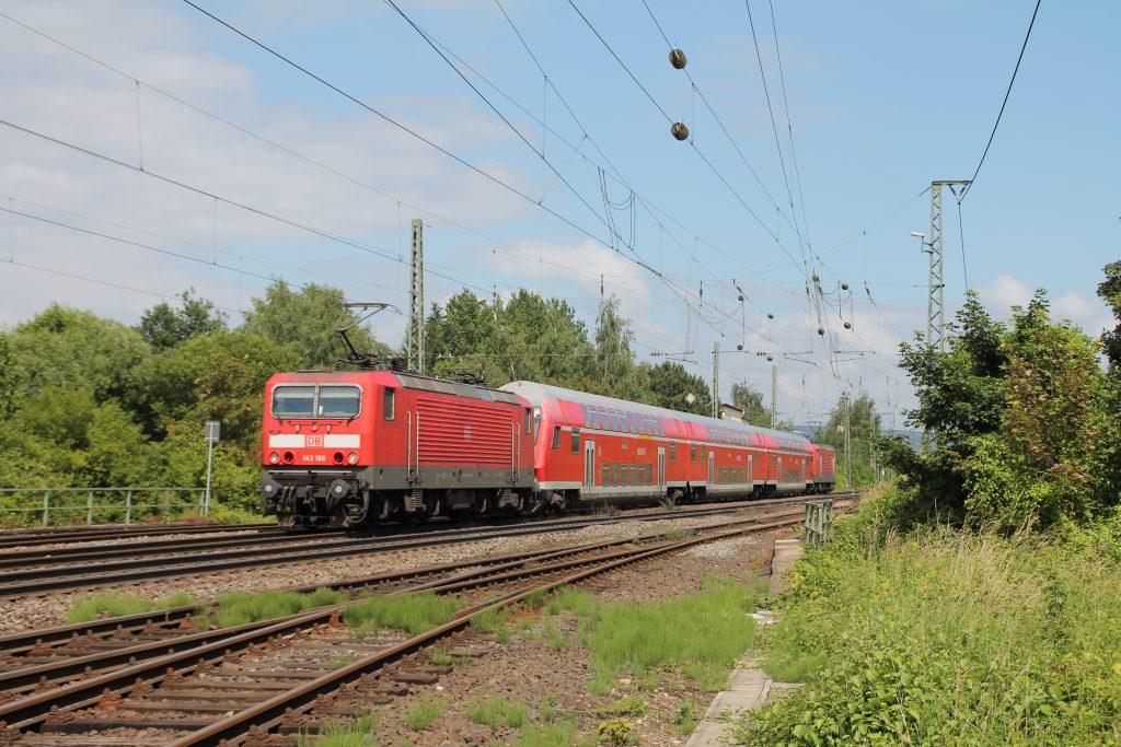 143 168 mit Doppelstockwagen und einer weiteren 143 kurz vor Neuwied auf der rechten Rheinstrecke, aufgenommen am 19.06.2016.