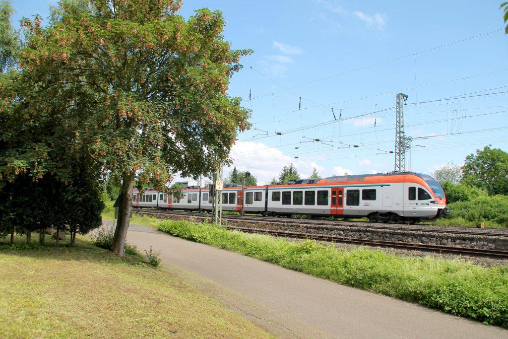 Ein FLIRT der VIAS kurz vor Neuwied auf der rechten Rheinstrecke, aufgenommen am 19.06.2016.