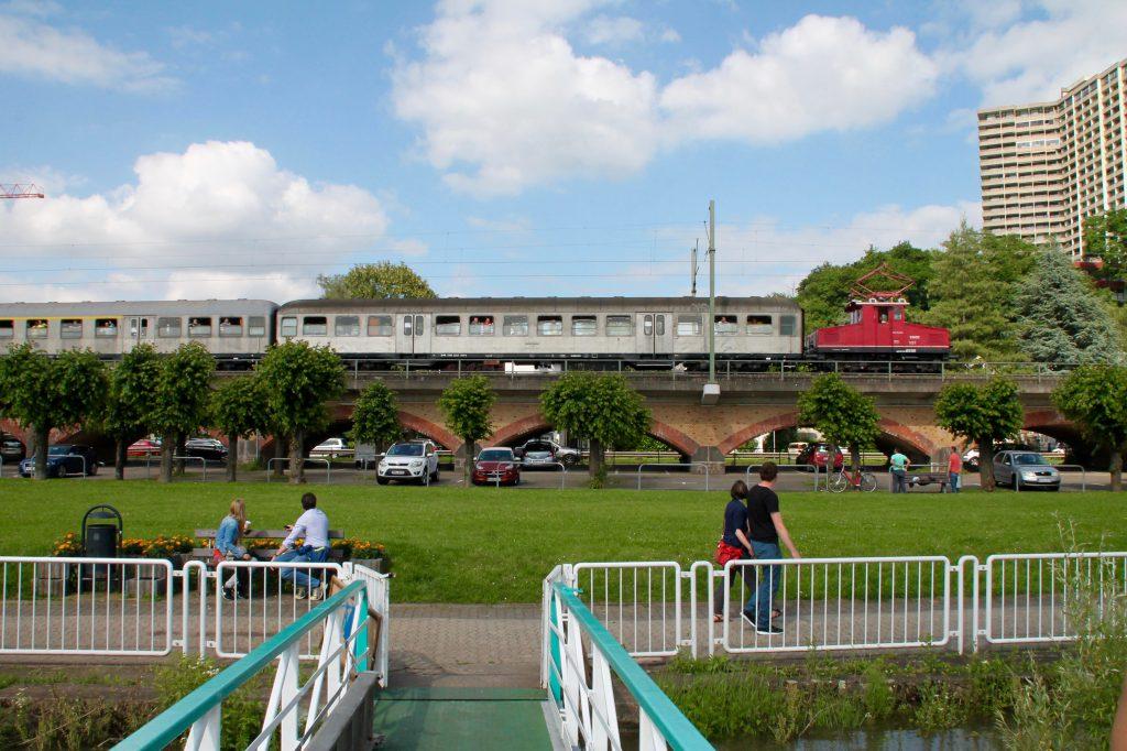 E69 03 durcheilt Vallendar auf der rechten Rheinstrecke, aufgenommen am 19.06.2016.