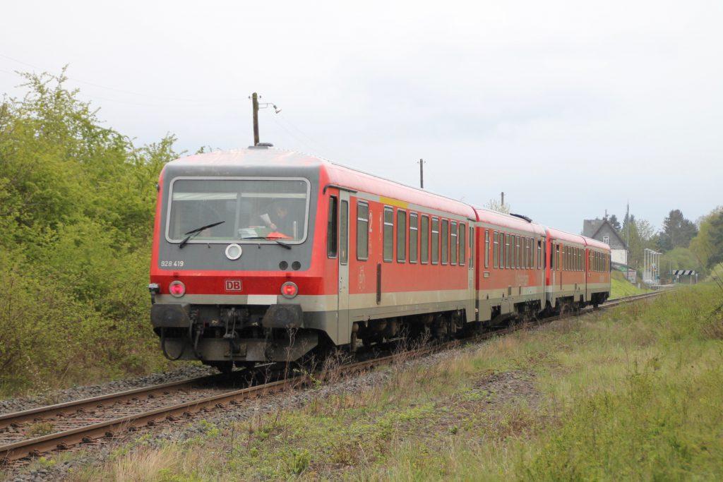 628 429 und 628 419 kurz vor dem Haltepunkt Rodheim zwischen Friedberg und Friedrichsdorf, aufgenommen am 23.04.2016.