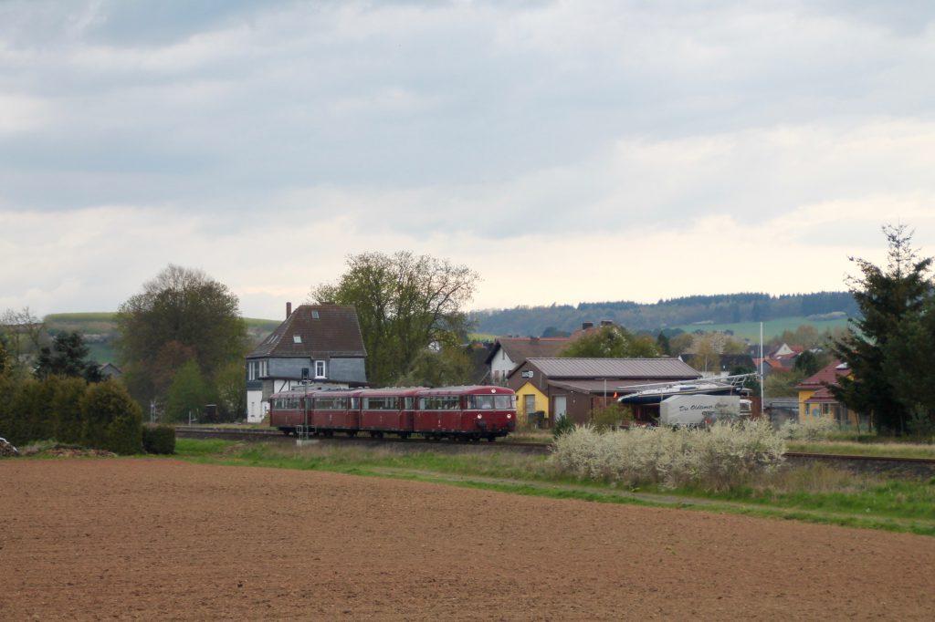 796 802, 996 309, 996 299 und 796 690 am Bahnhof Röddenau auf der Strecke Frankenberg - Battenberg, aufgenommen am 30.04.2016.