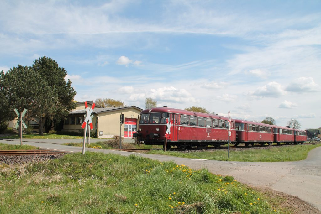 796 802, 996 309, 996 299 und 796 690 am Feuerwehrhaus von Röddenau auf der Strecke Frankenberg - Battenberg, aufgenommen am 30.04.2016.