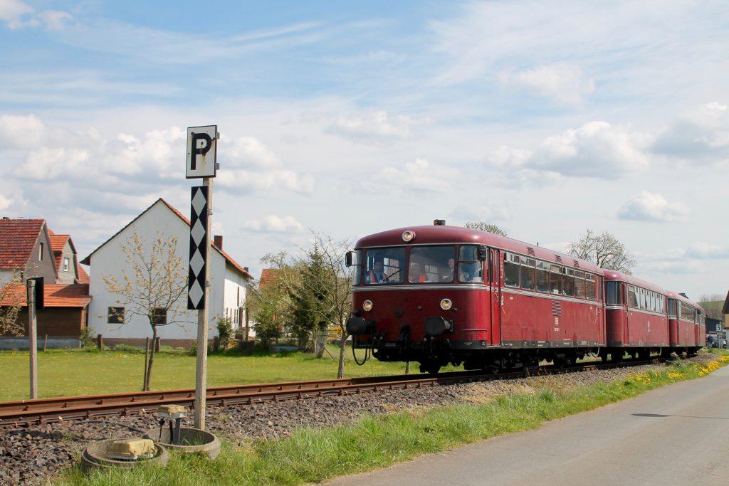 796 802, 996 309, 996 299 und 796 690 in der Ortsdurchfahrt von Röddenau auf der Strecke Frankenberg - Battenberg, aufgenommen am 30.04.2016.