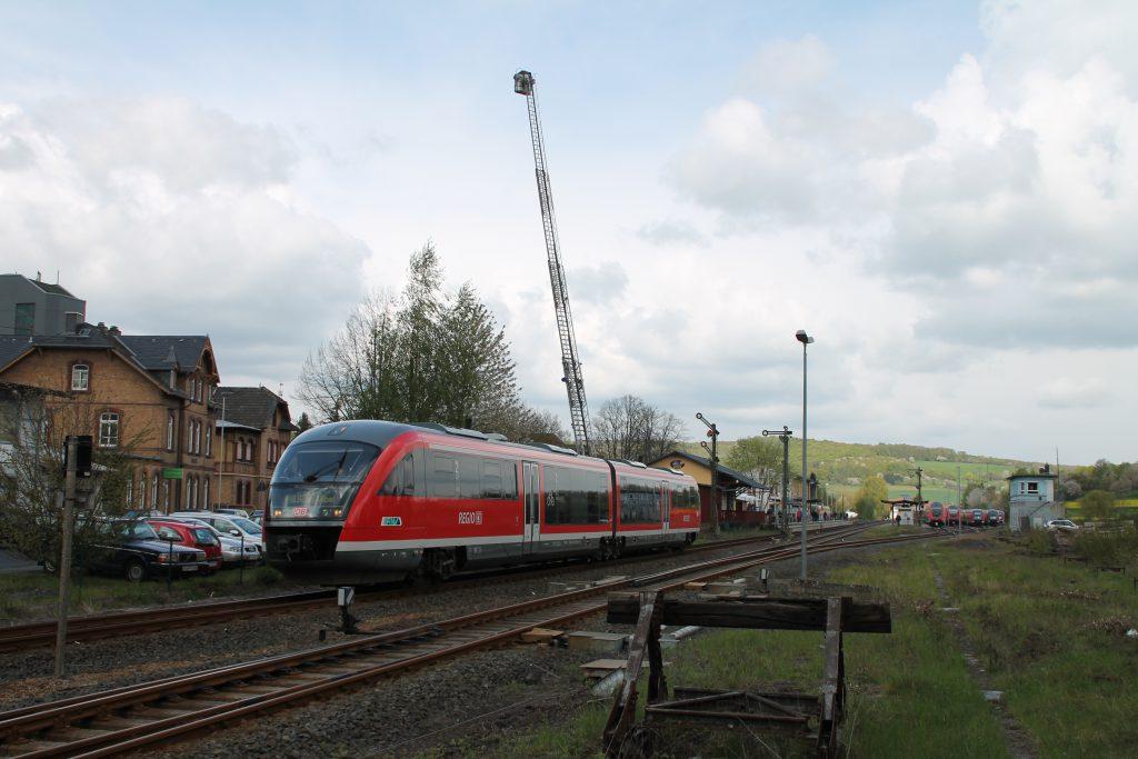 642 070 verlässt den Bahnhof Glauburg-Stockheim, aufgenommen am 24.04.2016.