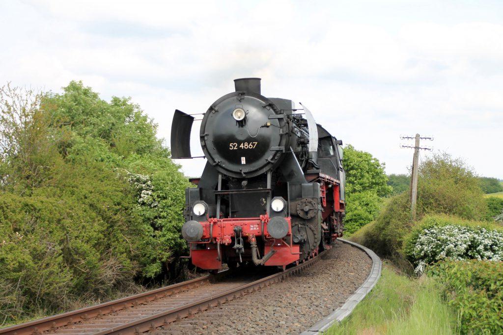 52 4867 kurz vor Grävenwiesbach auf der Taunusbahn, aufgenommen am 21.05.2016.