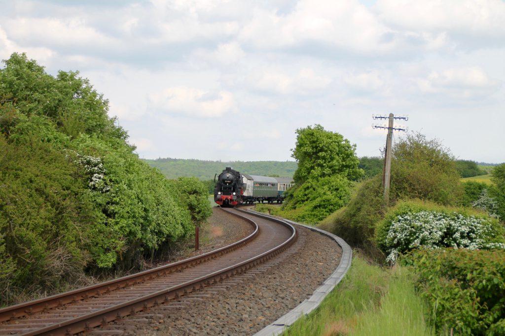 52 4867 in der S-Kurve vor Grävenwiesbach auf der Taunusbahn, aufgenommen am 21.05.2016.