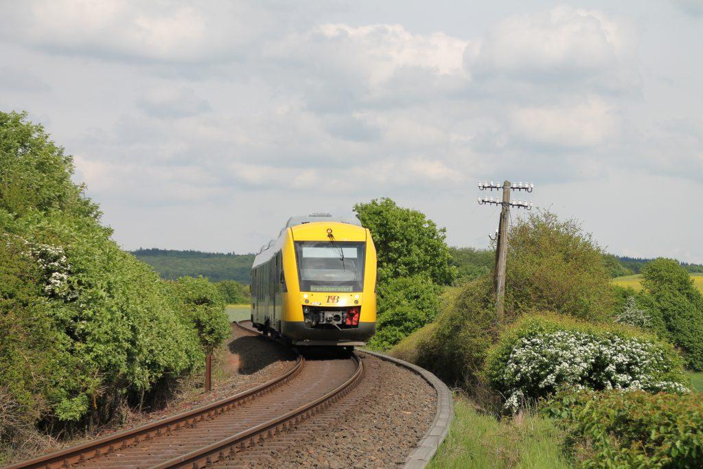 Ein LINT der HLB in der S-Kurve vor Grävenwiesbach auf der Taunusbahn, aufgenommen am 21.05.2016.