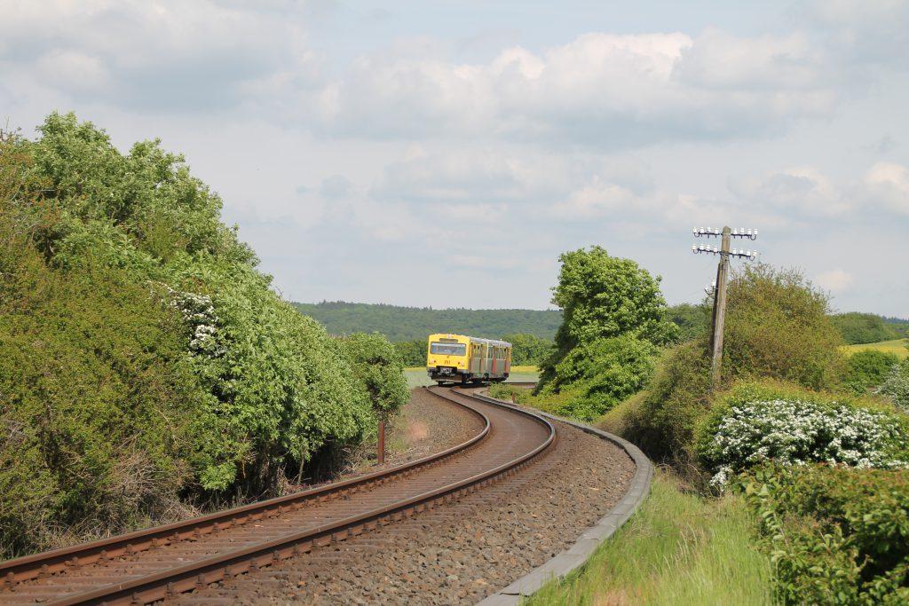 Ein VT2E der HLB in der S-Kurve vor Grävenwiesbach auf der Taunusbahn, aufgenommen am 21.05.2016.