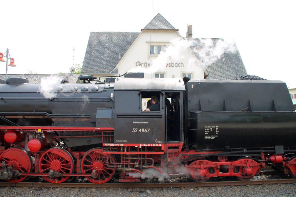52 4867 vor dem Bahnhofsgebäude in Grävenwiesbach auf der Taunusbahn, aufgenommen am 21.05.2016.