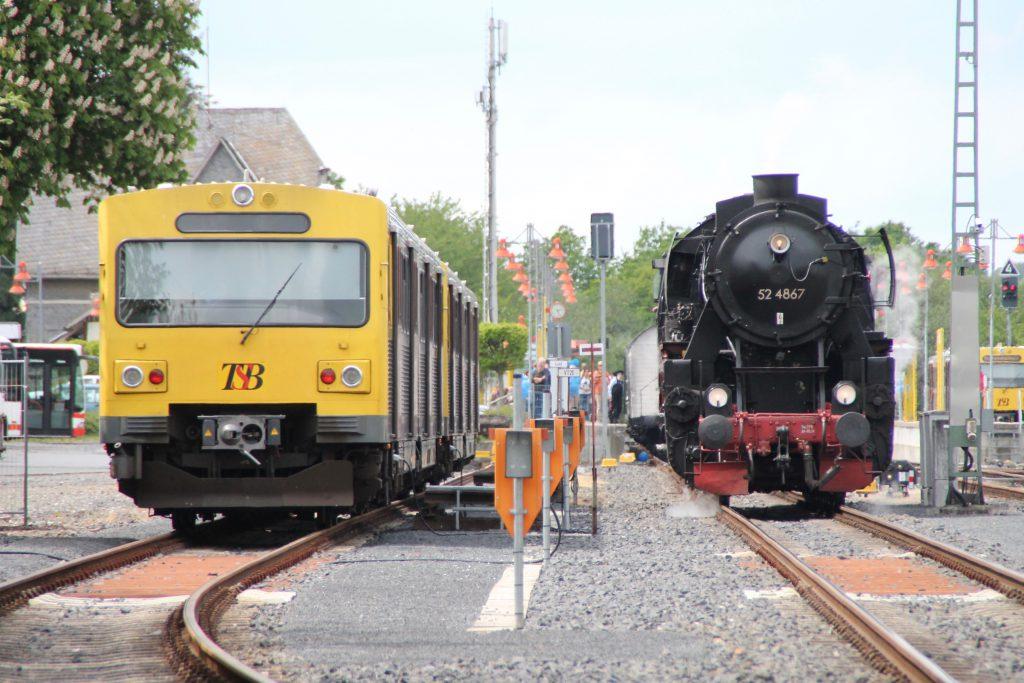52 4867 trifft beim rangieren auf der Taunusbahn im Bahnhof Grävenwiesbach einen VT2E der HLB, aufgenommen am 21.05.2016.