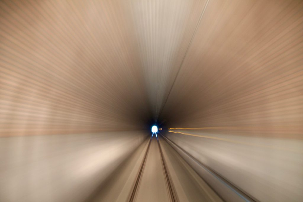 Eine Langzeitbelichtung beim durchfahren des Hasselborner Tunnels auf der Taunusbahn, aufgenommen am 22.06.2016.