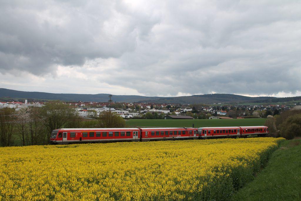 628 429 und 628 429 oberhalb der Rapsfelder bei Westerfeld auf der Taunusbahn, aufgenommen am 23.04.2016.