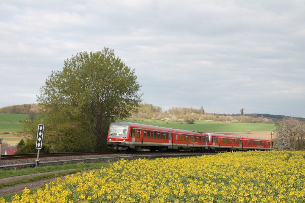 628 429 und 628 419 an einem Rapsfeld bei Hundstadt auf der Taunusbahn, aufgenommen am 23.04.2016.
