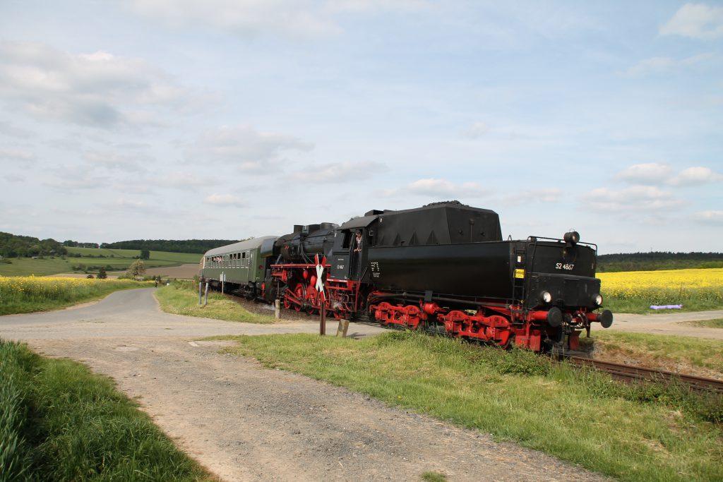 52 4867 an einem unbeschranktem Bahnübergang bei Hundstadt auf der Taunusbahn, aufgenommen am 21.05.2016.