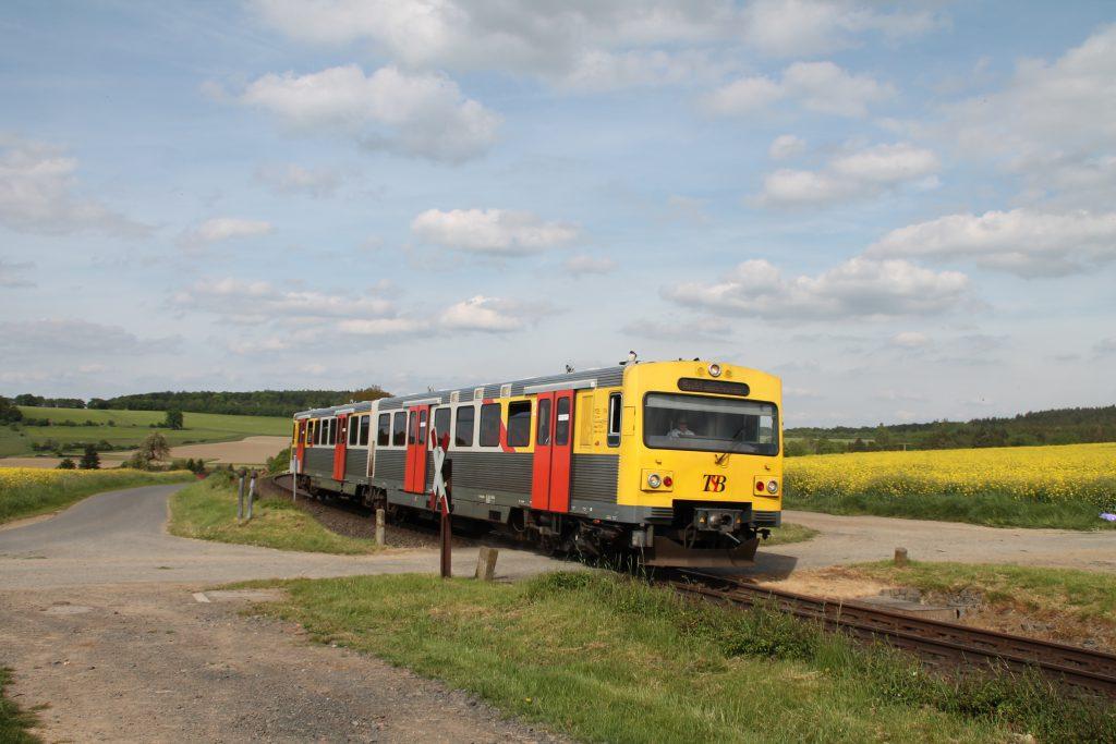 Ein VT2E der HLB an einem unbeschranktem Bahnübergang bei Hundstadt auf der Taunusbahn, aufgenommen am 21.05.2016.